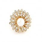 Lovely Resplendent Flower Style Pearl Ring - Golden
